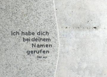 Schrifttext in hellem Granit